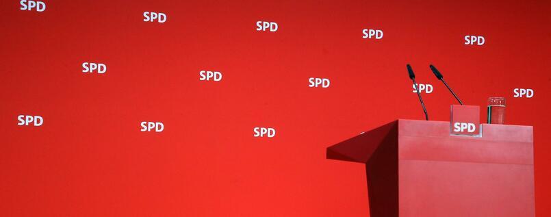 SPD Roter Redner Pult vor roter Wand mit SPD Schriftzug